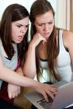 Zwei Mädchen, die eine Schossspitze betrachten. Lizenzfreie Stockfotografie