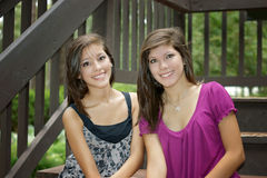 Zwei Mädchen, die in einem Park aufwerfen lizenzfreies stockbild