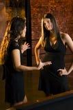 Zwei Mädchen, die in einem Stab sprechen Lizenzfreies Stockbild