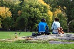 Zwei Mädchen, die einen Bruch im Central Park, Manhattan, New York haben Lizenzfreie Stockfotografie