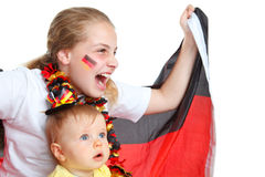 Zwei Mädchen, die für das deutsche Fußballteam zujubeln Stockfoto