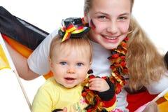Zwei Mädchen, die für das deutsche Fußballteam zujubeln Lizenzfreie Stockfotos