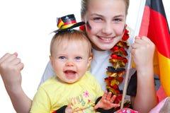 Zwei Mädchen, die für das deutsche Fußballteam zujubeln Lizenzfreies Stockbild