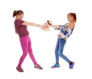 Zwei Mädchen, die für Transportwagen kämpfen lizenzfreies stockbild
