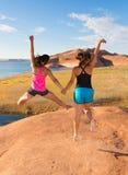 Zwei Mädchen, die in Feier springen Lizenzfreie Stockfotos