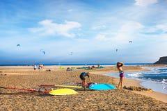 Zwei Mädchen, die fertig windsurf auf Prasonisi-Strand Rhodos, Griechenland werden stockbilder