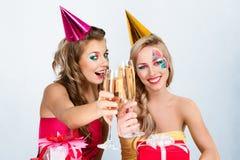 Zwei Mädchen, die Geburtstag feiern Stockbilder