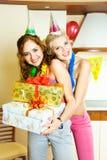 Zwei Mädchen, die Geburtstag feiern lizenzfreie stockfotografie