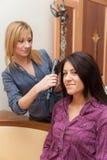 Zwei Mädchen, die Haar bügeln Stockbild