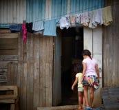 Zwei Mädchen, die in ihr Haus, Costa Rica hereinkommen Stockfotografie