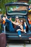 Zwei Mädchen, die im Auto aufwerfen Lizenzfreie Stockfotos