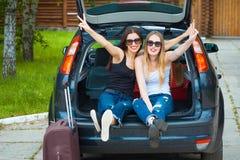 Zwei Mädchen, die im Auto aufwerfen Stockfotografie