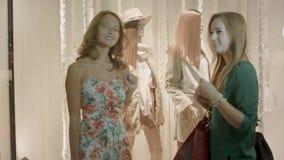 Zwei Mädchen, die im Mall kaufen stock video