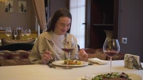 Zwei Mädchen, die im Restaurant sitzen, während des Nehmens des delisious Tellerameisen-Getränkweins auf dem Mittagessen in gemüt stock video footage