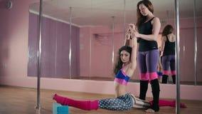 Zwei Mädchen, die im Tanzstudio ausbilden stock video footage