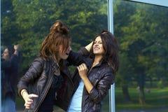 Zwei Mädchen, die jeder des anderen Haar ziehen Stockfotografie