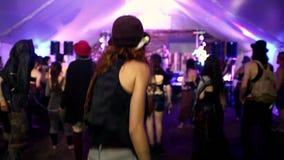 Zwei Mädchen, die in die Menge während eines Volksmusikkonzerts tanzen stock footage