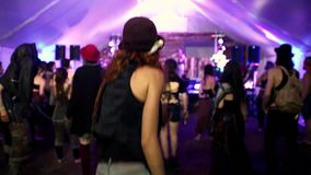 Zwei Mädchen, die in die Menge während eines Volksmusikkonzerts tanzen stock video footage
