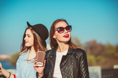 Zwei Mädchen, die mit dem Einkaufen auf Stadtstraßen gehen stockbilder