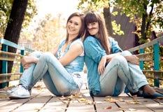 Zwei Mädchen, die mit dem Haar scherzen Stockbild