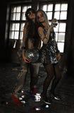 Zwei Mädchen, die mit Discoball an verlassenem Haus tanzen Stockfoto