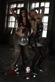 Zwei Mädchen, die mit Discoball an verlassenem Haus tanzen Lizenzfreie Stockfotos