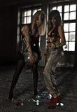 Zwei Mädchen, die mit Discoball an verlassenem Haus tanzen Lizenzfreies Stockfoto