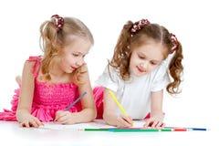 Zwei Mädchen, die mit Farbenbleistiften zeichnen Lizenzfreies Stockfoto