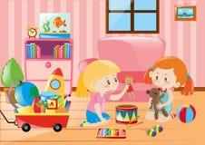 Zwei Mädchen, die mit Spielwaren im Raum spielen Lizenzfreies Stockbild