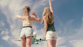 Zwei Mädchen, die selfie machen stock footage