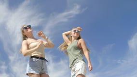 Zwei Mädchen, die selfie machen stock video