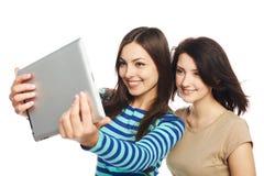 Zwei Mädchen, die selfie mit digitaler Tablette nehmen Lizenzfreie Stockfotografie
