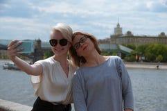 Zwei Mädchen, die selfie tun Stockbilder