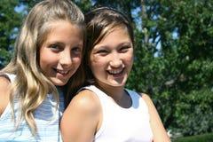 Zwei Mädchen, die am Sommer lächeln Lizenzfreie Stockbilder
