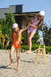 Zwei Mädchen, die Spaß auf Riemen haben Stockbild