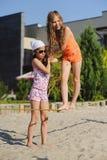 Zwei Mädchen, die Spaß auf Riemen haben stockfotografie