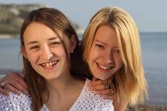 Zwei Mädchen, die Spaß am Feiertag haben. Lizenzfreie Stockfotografie