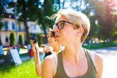 Zwei Mädchen, die Spaß im Park haben stockfotos