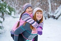 Zwei Mädchen, die Spaß im Winter haben lizenzfreie stockfotos