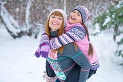 Zwei Mädchen, die Spaß im Winter haben lizenzfreies stockfoto