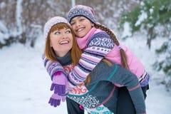 Zwei Mädchen, die Spaß im Winter haben stockbilder
