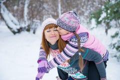 Zwei Mädchen, die Spaß im Winter haben stockfoto