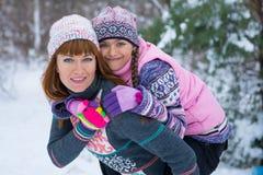 Zwei Mädchen, die Spaß im Winter haben stockfotografie