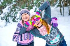 Zwei Mädchen, die Spaß im Winter haben stockbild
