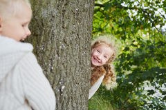 Zwei Mädchen, die Verstecken spielen Stockfoto