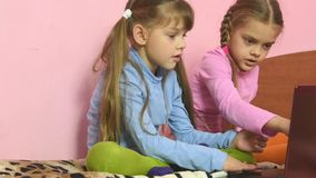 Zwei Mädchen, die was wählen, im Laptop zu sehen stock footage