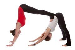 Zwei Mädchen, die Yoga tun Stockfoto