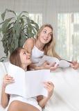 Zwei Mädchen, die Zeitschriften lesen Stockfoto