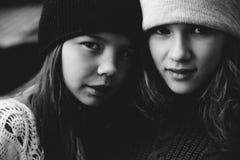 Zwei Mädchen, die zusammen in der Straße spielen Stockbilder