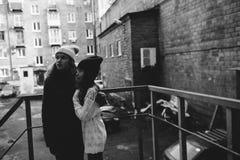 Zwei Mädchen, die zusammen in der Straße spielen Stockfotografie